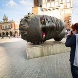 Igor Mitorajs Skulptur Eros Bendato (Eros Tied) 1999 auf Hauptplatz der Stadt Lizenzfreie Stockbilder