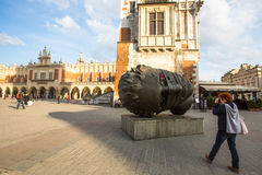 Igor Mitorajs Skulptur Eros Bendato (Eros Tied) 1999 auf Hauptplatz der Stadt Reise Lizenzfreie Stockfotos