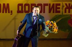 Igor Sarukhanov με λουλούδια Στοκ φωτογραφία με δικαίωμα ελεύθερης χρήσης