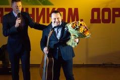 Igor Sarukhanov mit Blumen Stockfoto