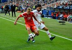 Igor Smolnikov przeciw Tureckiemu napadanie zawodnikowi środka pola Yunus Malli zdjęcie royalty free