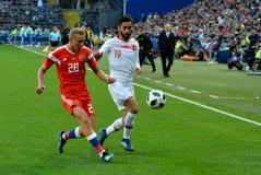 Igor Smolnikov przeciw Tureckiemu napadanie zawodnikowi środka pola Yunus Malli obraz royalty free