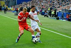 Igor Smolnikov przeciw Tureckiemu napadanie zawodnikowi środka pola Yunus Malli zdjęcie stock