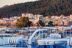 Igoumenitsa, Grèce au coucher du soleil, vu du ferry-boat photos stock