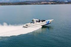 IGOUMENITSA, GRECIA - 3 DE MARZO DE 2017: Una nave griega del guardacostas en patrulla cerca del puerto de Igoumenitsa Imagen de archivo