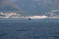 Igoumenitsa port med färjan och kryssaren Royaltyfri Fotografi