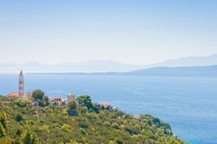 Igrane, Dalmatien, Kroatien - Kirchturm auf den Berg von Igrane lizenzfreie stockbilder