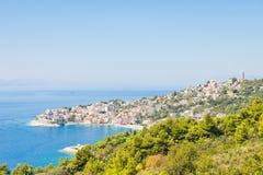 Igrane, Dalmatien, Kroatien - Skyline der schönen kostalen Stadt Igrane stockbilder