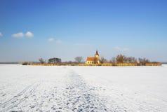 Igreja abandonada de St Linhart no reservatório congelado de Musov Fotografia de Stock Royalty Free