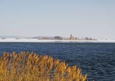 Igreja abandonada de St Linhart no reservatório congelado de Musov Fotos de Stock