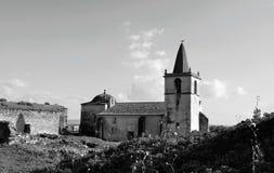A igreja abandonada dentro das paredes do castelo - preto e branco imagens de stock