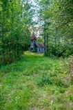 Igreja abandonada na floresta imagem de stock