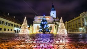A igreja Advent Zagreb Christmas ilumina a Croácia foto de stock royalty free