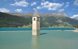 Igreja afundado, lago Reschensee, Val Venosta, Itália fotografia de stock