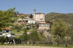 Igreja alba e vinhedos e montes de Piemonte na mola, Itália Imagens de Stock Royalty Free