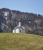 Igreja alpina nos cumes austríacos - foto conservada em estoque imagem de stock royalty free