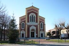 Igreja alta vista da parte externa foto de stock