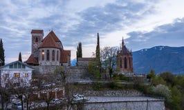 Igreja, alte Kirche e mausoléu velhos de Erzherzogs Johann durante o por do sol Panorama de Schenna Scena, Tirol sul, Itália euro foto de stock royalty free