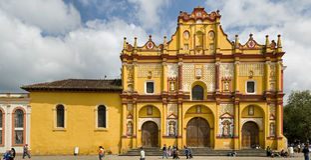 Igreja amarela em Casas dos las de San Cristobal Fotografia de Stock Royalty Free