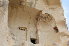 Igreja antiga arruinada da caverna em Cappadocia, Turquia Foto de Stock
