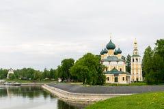Igreja antiga de Frol e de Lavr na curvatura de Volga o rio fotos de stock
