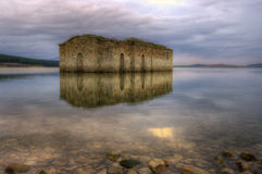 Igreja antiga na represa de Zrebchevo, Bulgária Imagens de Stock