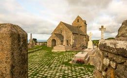 Igreja antiga Notre-Dame de Jobourg e la Haia do cemitério, Normandy, França imagens de stock royalty free
