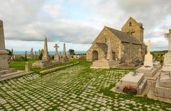 Igreja antiga Notre-Dame de Jobourg e la Haia do cemitério, Normandy, França foto de stock royalty free