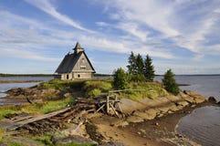 A igreja arruinada no por do sol, este é o lugar onde filmaram o filme pelo diretor Pavel Lungin do russo Foto de Stock