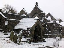 Igreja arruinada pitoresca na neve de queda no heptonstall imagem de stock