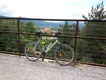 A igreja atrás da bicicleta Foto de Stock
