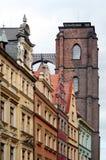 Igreja atrás das casas Imagens de Stock Royalty Free
