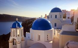 Igreja azul da abóbada de Oia bonito imagens de stock