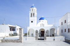 Igreja azul ortodoxo tradicional da abóbada em Grécia em um dia de verão ensolarado, com as cores azuis e brancas típicas Santori foto de stock royalty free