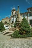 Igreja barroco com pillory de pedra foto de stock