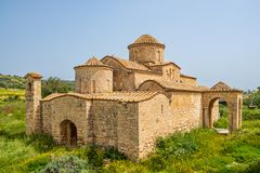 Igreja bizantina do século VI do monastério de Panayia Kanakaria em Lythrangomi, Chipre fotografia de stock royalty free