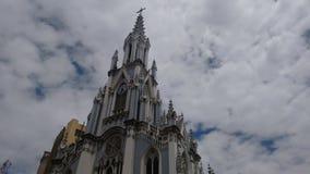 Igreja bonita na cidade fotografia de stock