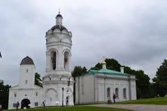 Igreja branca, céu cinzento, floresta verde Fotos de Stock