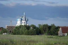 Igreja branca com abóbadas azuis Fotografia de Stock
