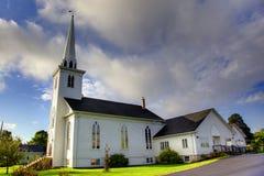 Igreja branca com steeple Foto de Stock Royalty Free