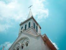 Igreja branca em Singapura com céu azul fotografia de stock royalty free