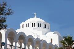 Igreja branca grega no console de Santorini Fotos de Stock