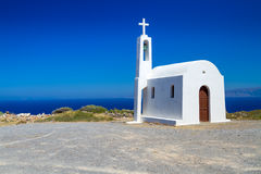 Igreja branca pequena na costa de Crete Fotos de Stock