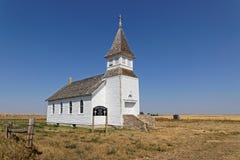 A igreja branca perdeu nas planícies de North Dakota imagens de stock royalty free