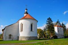 Igreja branca velha na grama verde imagem de stock