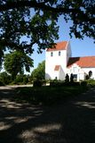 igreja, branco e cemitério imagem de stock royalty free