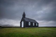 Igreja Budir em campos de lava de Budahraun na costa sul da península de Snæfellsnes em Islândia ocidental fotos de stock