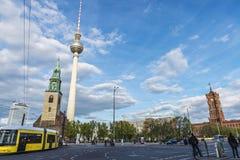 A igreja, a câmara municipal e as telecomunicações de St Mary elevam-se em Berli Imagem de Stock
