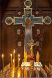 A igreja candles a posição no templo no suporte durante o serviço Fotografia de Stock Royalty Free