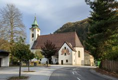 Igreja Católica velha em um dia ensolarado do outono Bei Sankt Gallen de Altenmarkt, distrito Liezen, estado de Styria, Áustria imagens de stock royalty free